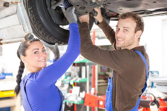 KfZ Mechatroniker reparieren reparieren Fahrzeug auf Hebebühne
