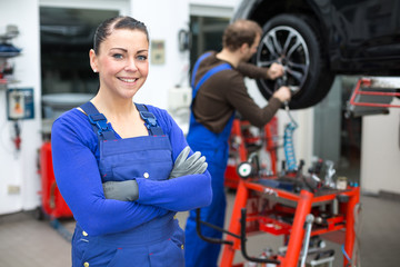 Kfz Mechanikerin in einer Autowerkstatt