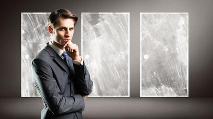 Geschäftsmann bei der Entscheidung zwischen 3 Optionen