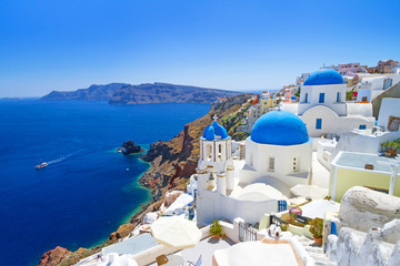 Photo sur cadre textile Europe Méditérranéenne White architecture of Oia village on Santorini island, Greece