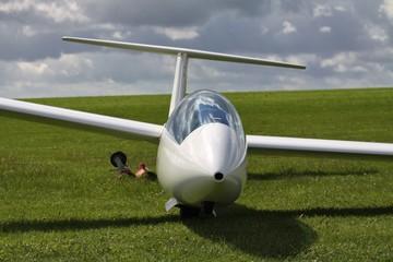 Segelflugzeug auf Wiese