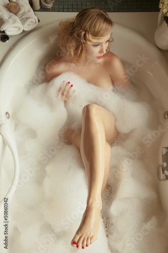 Светловолосая куколка позирует обнаженной в ванной  592784