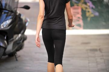 Mujer joven caminando por la calle