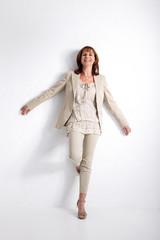 Junge Frau posiert an Wand mit Fashion Kleidung