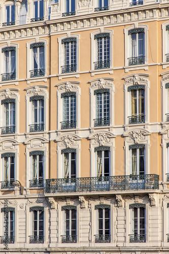 fa ade jaune d 39 immeuble ancien avec fen tres lyon