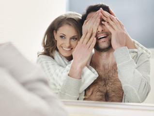 szczęśliwa para w łazience