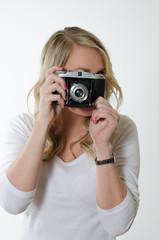 Frau fotografiert mit historischer Kamera