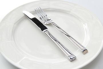ein Teller mit Besteck