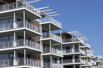 Fassade eines modernen Mehrfamilienhauses