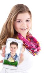 Junge Frau mit Smartphone und Bild vom Traumhaus