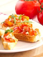 Antipasti aus Tomaten, Ruccola und Zwiebeln.