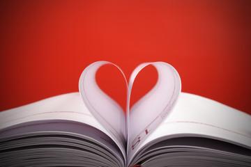 serce z białych kartek na caerwonym tle