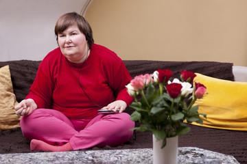 Behinderte Frau konzentriert sich auf Musik