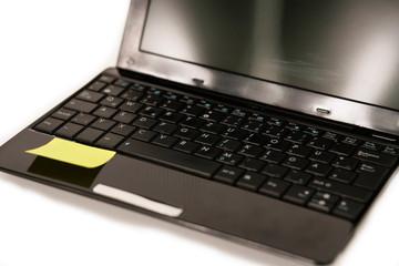 Laptop mit Post It Zettel