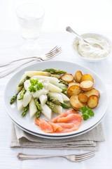 Spargel mit Bratkartoffeln und Lachs