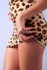 Dłoń na bodrze kobieta w krótkiej sukience