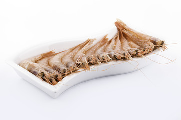gambas frescas en un plato blanco