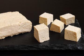 Tofu natural cortado en cubos