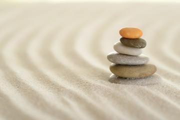 Fotobehang Stenen in het Zand Spuren im Sand mit Steinpyramide