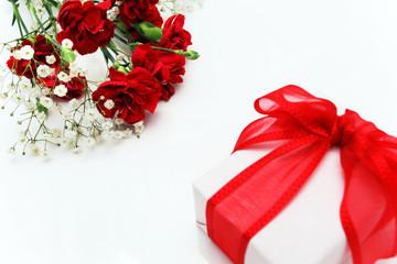 カーネーションの花とプレゼント