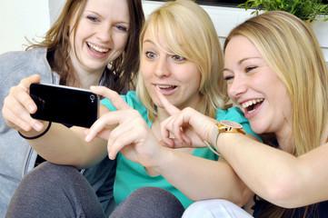 Freundinnen schießen Selbstportraits per Smartphone