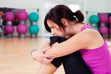 nachdenkliche frau im fitnessstudio