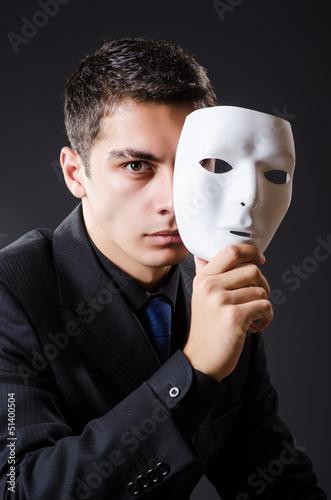 Человек с масками в руке