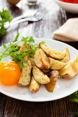 Crispy roasted potatoes with herbs