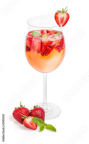 cocktail mit erdbeeren und minze in einem weinglas. Black Bedroom Furniture Sets. Home Design Ideas