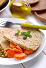 omelette con piselli con contorno di carote