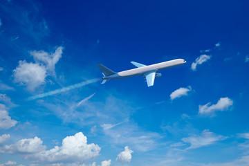 Flugzeug fliegt im Himmel