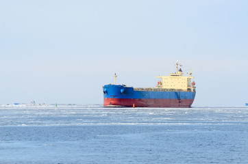 Fotobehang Schipbreuk Cargo ship sailing in winter