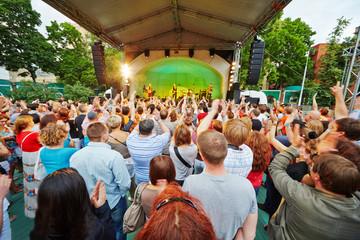 People at concert Fotomurales