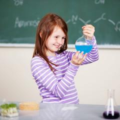 schülerin im naturkunde unterricht