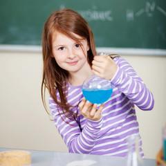 mädchen führt chemisches experiment durch
