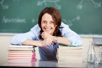 lächelnde lehrerin im chemie-unterricht