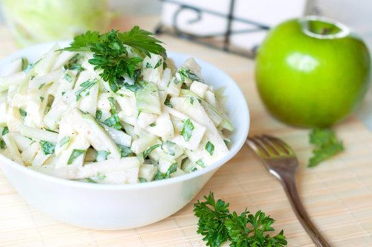 Salad from kohlrabi, apples and yogurt