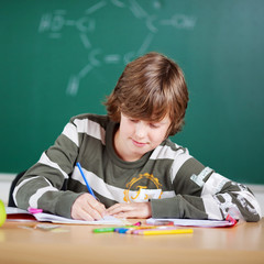 schüler schreibt im unterricht