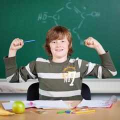 starker junge in der schule