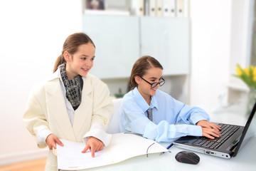 Kinder spielen erwachsen sein im am Schreibtisch