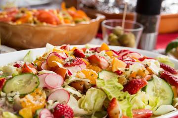Salate auf vollem Tisch