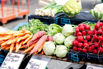Frisches gemischtes Gemüse an einem Marktstand im Sommer