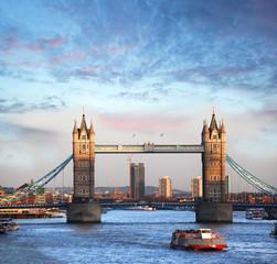 Photo sur Plexiglas Londres Tower Bridge with boat in London, England