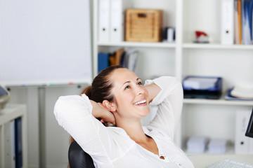 zufriedene frau im büro
