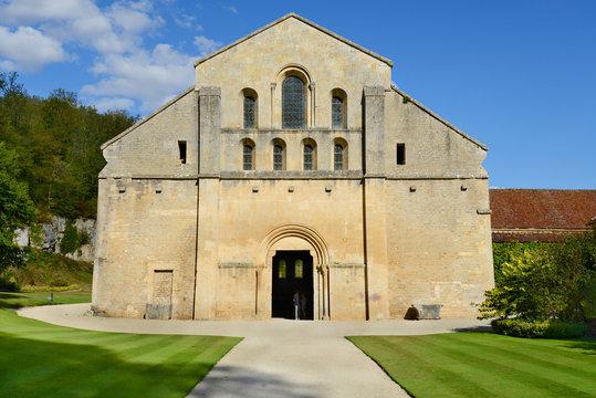 Westfassade der Abteikirche Fontenay / Burgund, Frankreich