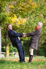 aktives älteres paar im grünen