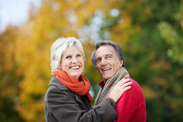 lachendes älteres paar