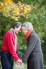 älteres paar genießt die zeit zu zweit