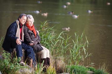 glückliches älteres paar genießt die sonne