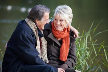 glückliches paar schaut sich an